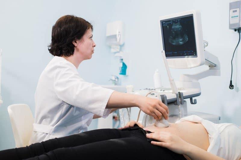 Ecografo esegue un esame ecografico ad un paziente